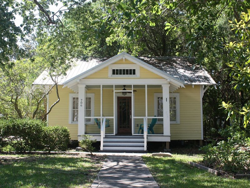 Refresh your Soul at the Moon Pie Cottage! Historic Downtown, Walk Everywhere!, holiday rental in Ocean Springs