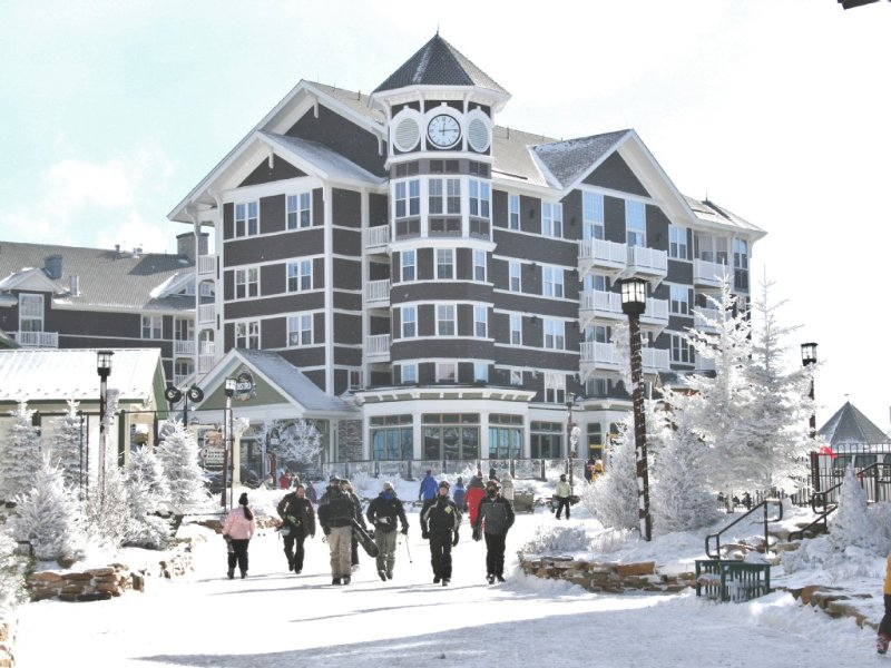 AS407. On Slopes. In Village. Own Outdoor Pool and Hot Tub., location de vacances à Snowshoe