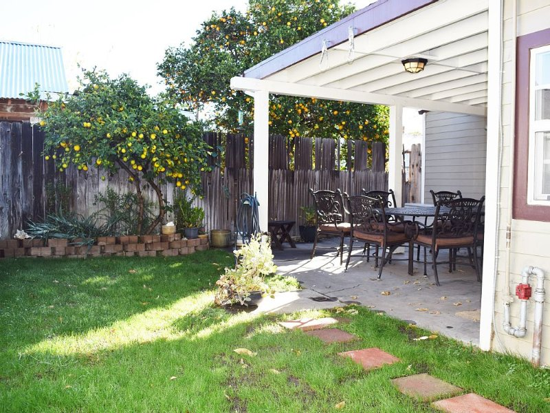 Perfect Cottage For A Disneyland, Newport Beach, Or Chapman University Escape, holiday rental in Tustin