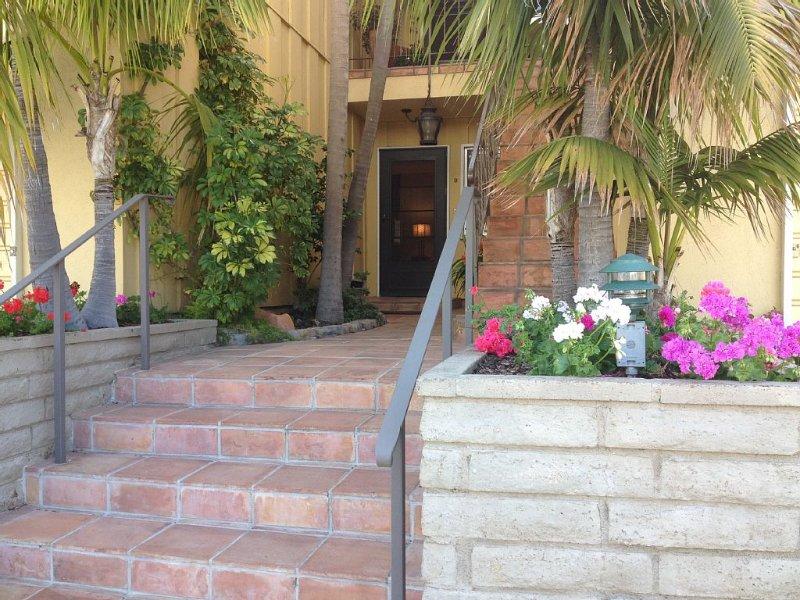 Sunny WESTBEACH RETREAT- Ideal location!! 1.5 blocks to Beach and State Street, holiday rental in Santa Barbara