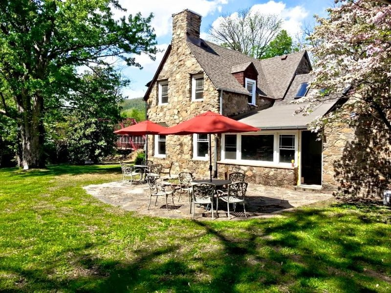Historic large waterfront home right in downtown Hot Springs, holiday rental in Hot Springs