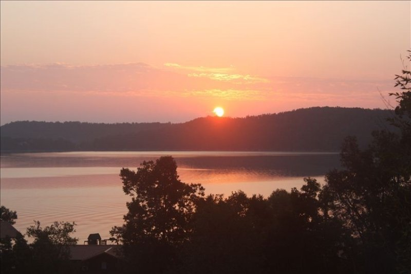 Beaver lake Cabin with lake view., holiday rental in Rogers