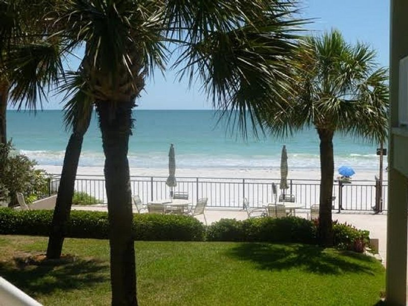 Peaceful Gulf Front Building, 2nd Floor Unit, Steps To The Sand, casa vacanza a North Redington Beach