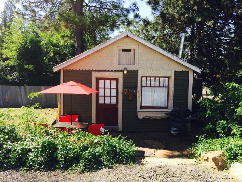 The Cottage In Foresthill On Main Street, in walking distance to wedding sites, holiday rental in Foresthill
