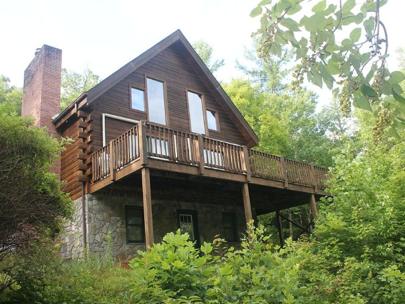 Beautiful Private Log Cabin Nestled In A Gated Community With Mountain Views, holiday rental in Spruce Pine