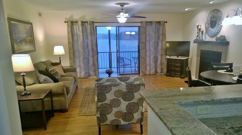 Newly Updated 2 BR/2 Bath Condo on Beautiful Lake Hamilton with boat dock, holiday rental in Lake Hamilton