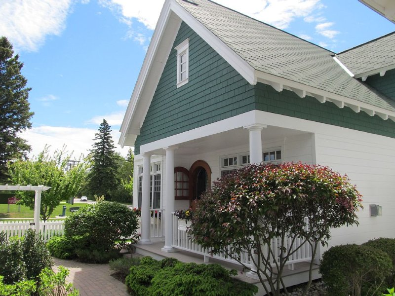 Charming Harbor Springs Cottage, holiday rental in Wequetonsing