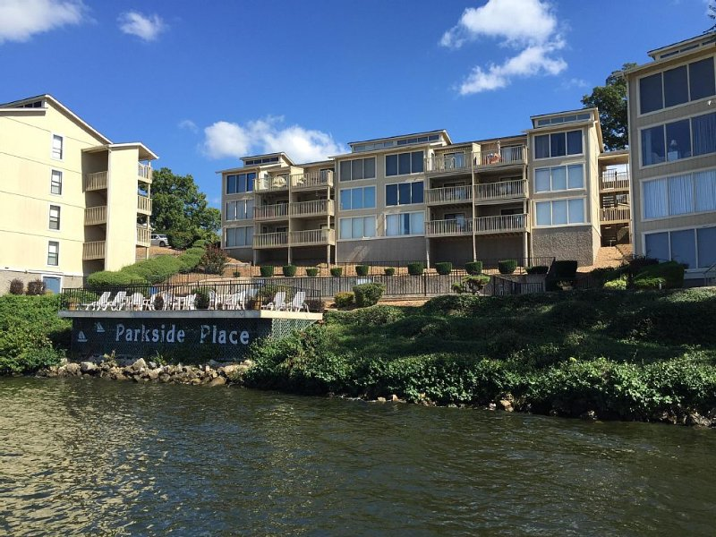 Beautifully Updated 3 Bedroom Lakefront Condo w/ slip available, casa vacanza a Osage Beach