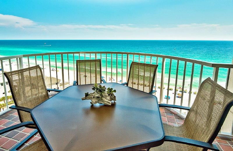 Coastal Chic Amazing Oceanfront! Completely Remodeled! Free Beach, location de vacances à Destin