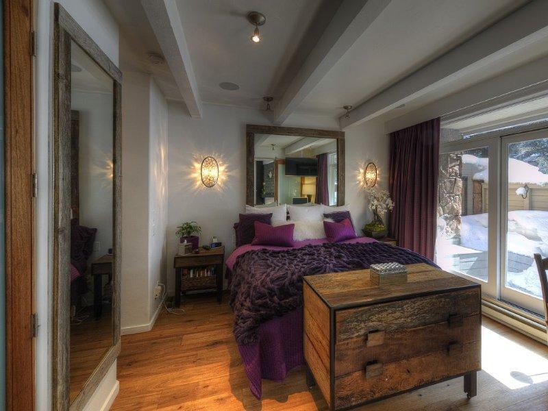 Elegant Corner Unit w/ Mtn Views; Walk to Town; Wood Burning Fireplace; Pool, holiday rental in Aspen