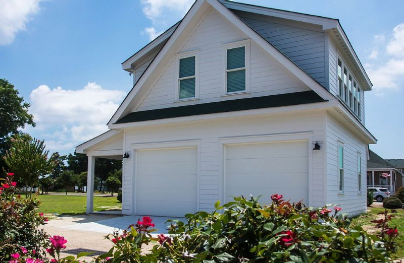 Caroline Cottage located Historic Waterfront District.   Cleaning Fee Included, holiday rental in Manteo
