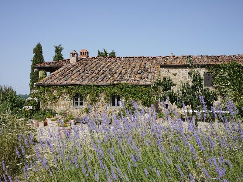 Enjoy Breathtaking Views at Boutique Farmhouse & Infinity Pool, alquiler de vacaciones en Gaiole in Chianti