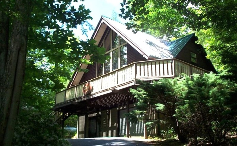 Cozy But Spacious Chalet at Mt. Mitchell Golf Course, holiday rental in Burnsville