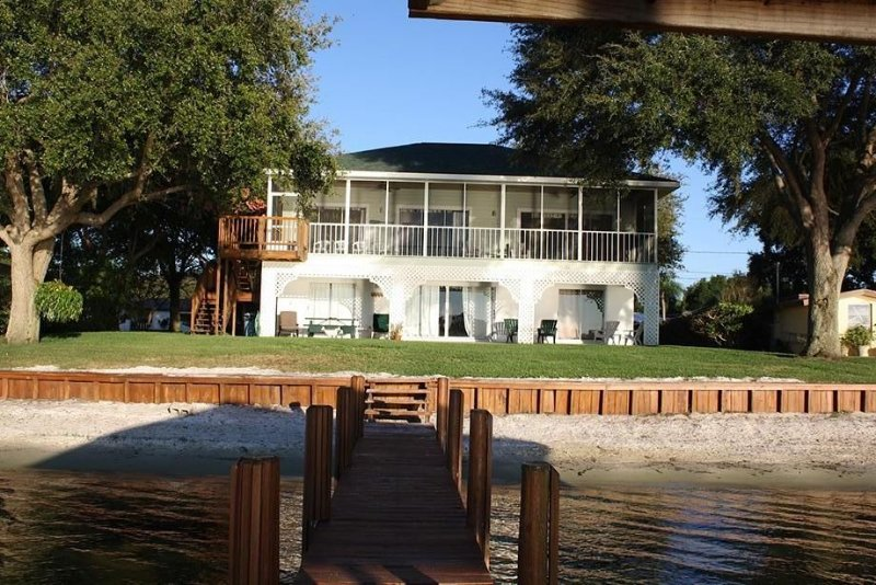 """Sitting on the Dock of the Lake Clay Rental Home For the perfect """"country"""" vacat, holiday rental in Lorida"""