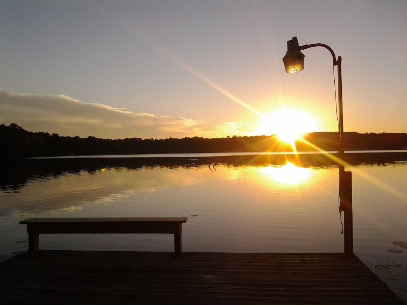 Cozy Lakefront Family Friendly Home With Large Covered Porch And Private Dock., holiday rental in Quitman