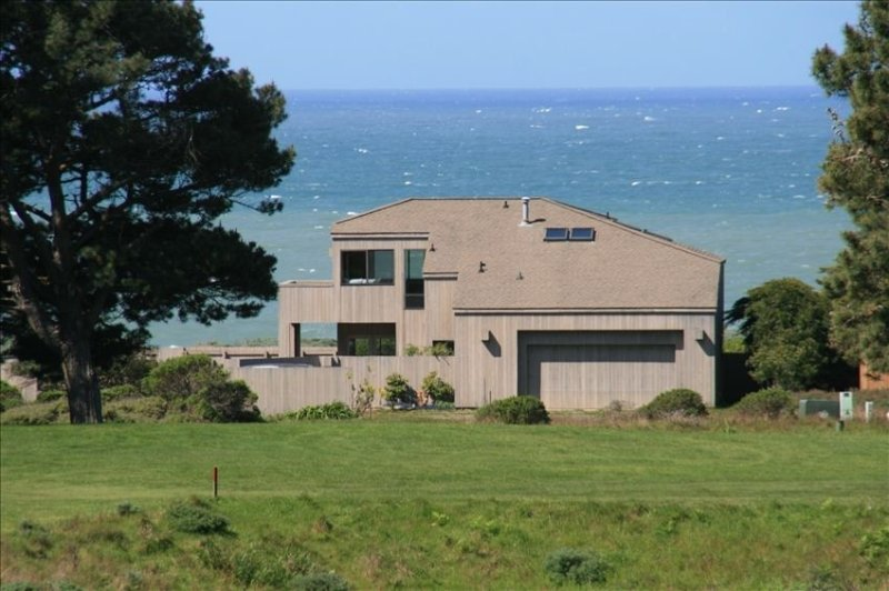 The Bluffs at Sea Ranch - Great Ocean Access - High Speed WiFi - Close to Town, holiday rental in Gualala