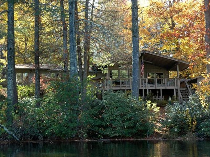 Lakefront,perfect for nature lovers and gardeners ,outdoor enthusiast & downtime, Ferienwohnung in Lake Toxaway