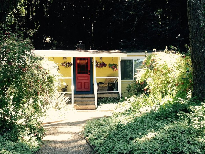 2 Bdrm River Retreat * Redwoods, Ferns, Creek & Trail Access, holiday rental in Duncans Mills