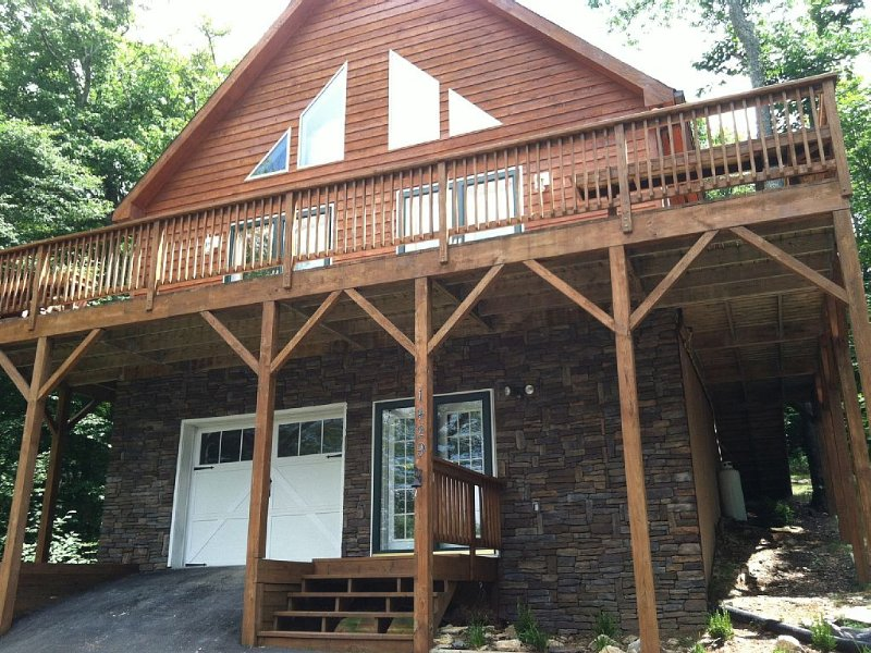 Spacious cabin sleeps 12, near slopes with game room & theater room, alquiler de vacaciones en Beech Mountain