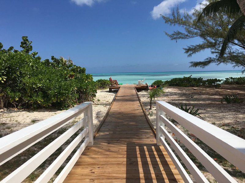 Newer Build Single Story Beachfront House with Deck Overlooking Bay, location de vacances à Eleuthera