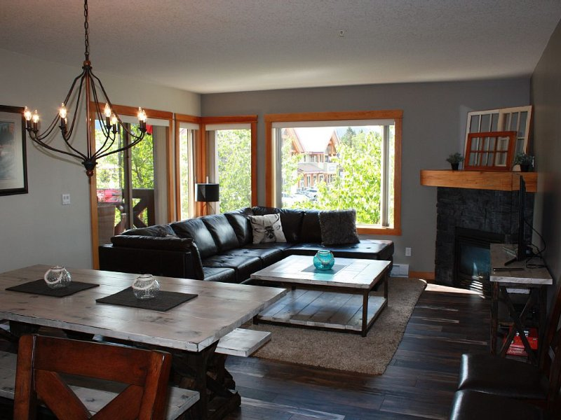 Your Rocky Mountain Home Away From Home - 3 Bed 2 Bath, vacation rental in Canmore