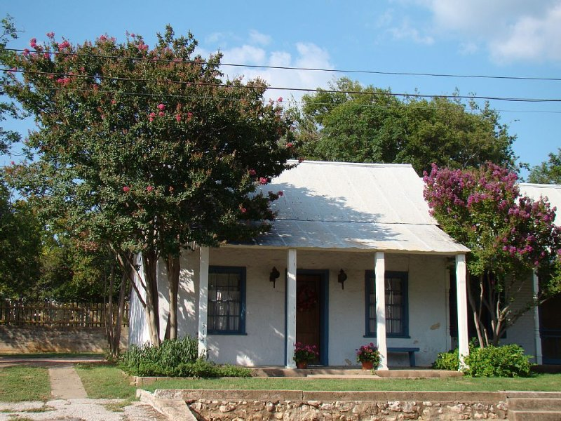 Charming Sunday Haus, Historic District, 2 Blocks from Main St., alquiler de vacaciones en Luckenbach