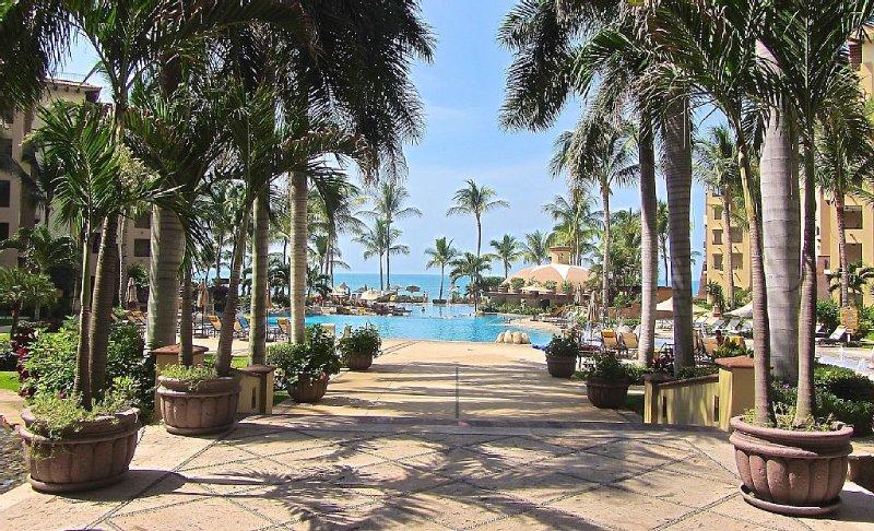 LUXURY BEACHFRONT 1 Bdrm - Villa La Estancia - OCEAN/SUNSETS -1700 sq ft/158 m2, holiday rental in Nuevo Vallarta
