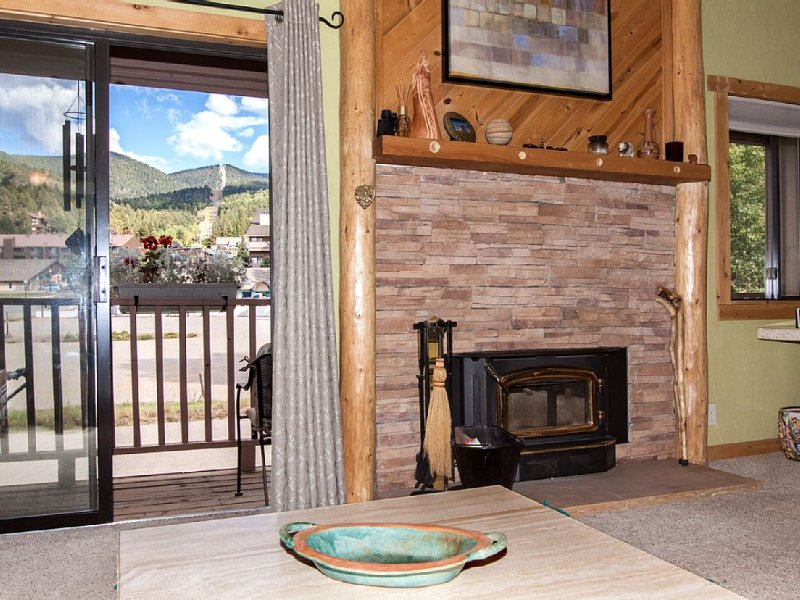 Great, Warm, Cozy, Condo, Convenient, 1 Block To Ski Lifts And Restaurants!, vacation rental in Angel Fire