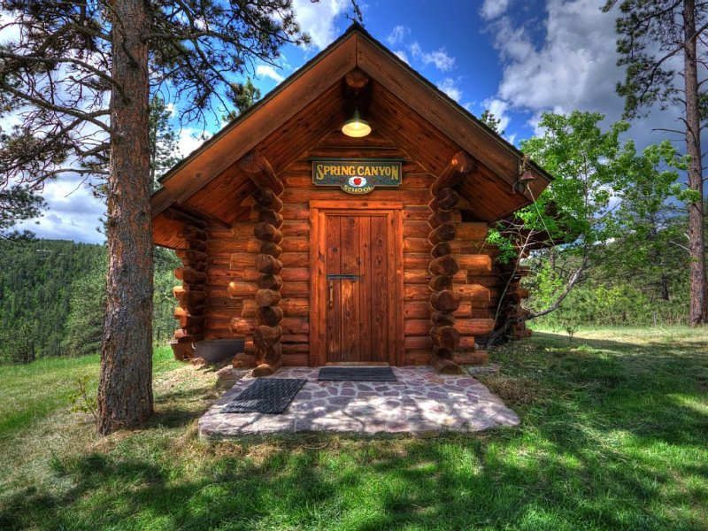 Beautiful Custom Log Cabin!, holiday rental in Rockerville