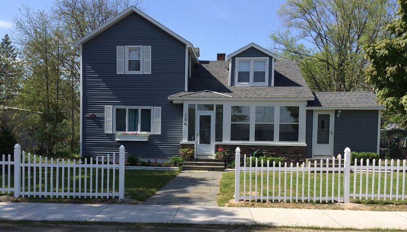 Charming Family Cottage- 3 blocks from downtown Elk Rapids w / WIFI, Central Air, holiday rental in Kewadin