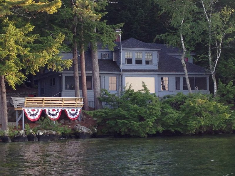 Beautiful Rustic Waterfront Home on Lake Winnipesaukee in Meredith , NH, location de vacances à Meredith
