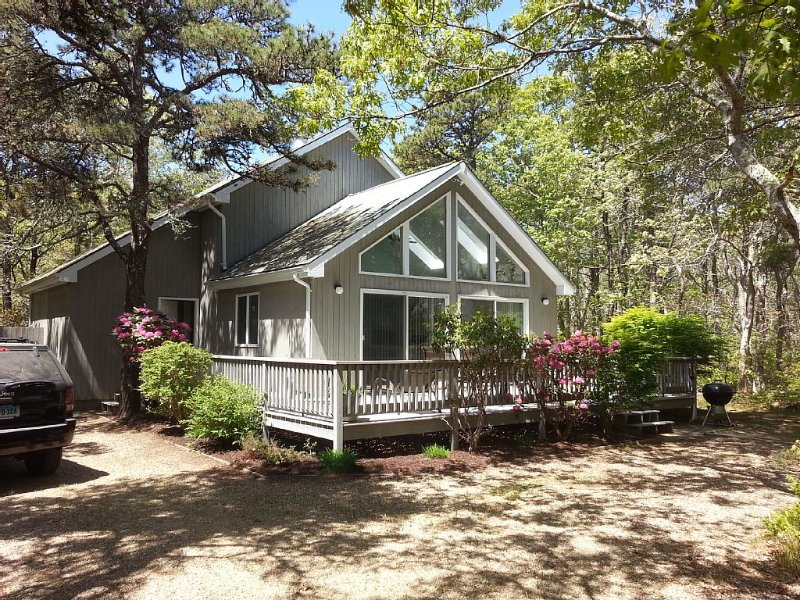 Katama Retreat! *Air Conditioned* 3BR/2B, Sleeps 6 - 1.8mi to Beach And Harbor., holiday rental in Edgartown