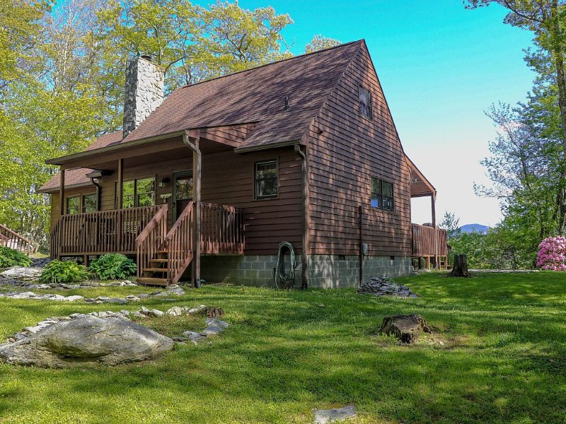 Mountain View Cabin*Watch our Video!*NEWOutdoor Hot Tub*Fire pit*Pet Friendly*, vacation rental in Banner Elk