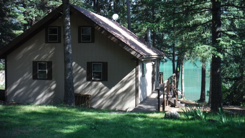 Northwest Montana Lakefront Cabin getaway on Ashley Lake, alquiler de vacaciones en Kila