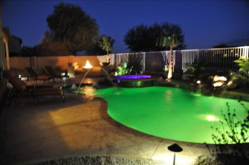 Luxurious 3000sq Ft 4 Bdr House with Heated Pool & Spa no extra charge, location de vacances à Maricopa
