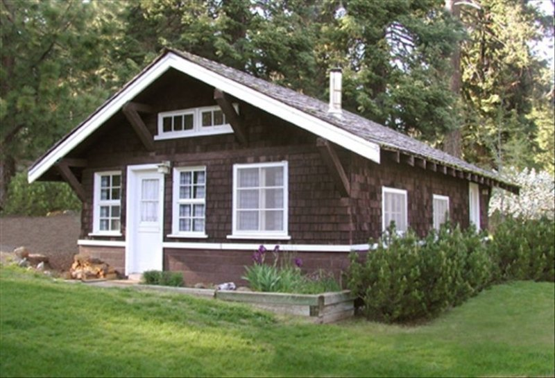 Cabin 1 on Klamath Lake at Point Comfort Lodge, aluguéis de temporada em Keno