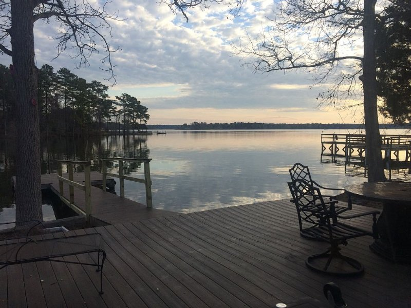 Charming Cottage On Lake Murray in South Carolina With Deck & Floating Dock, holiday rental in Seven Oaks