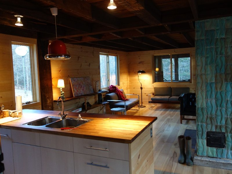 Elegant Wilderness Cabin 12 Miles From Northampton, alquiler de vacaciones en Hampshire County