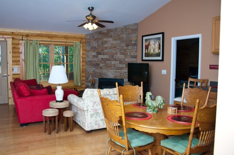 Nicely Appointed Cabin in Scenic Setting. Family-friendly, Romantic Too!, holiday rental in Arrington