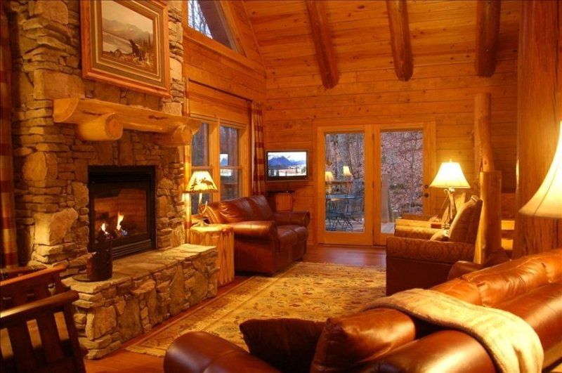 Deluxe Log Home., Mtn. View. Hot Tub. Hdtv. 2 game rooms. Jacuzzi Tub., location de vacances à Maggie Valley
