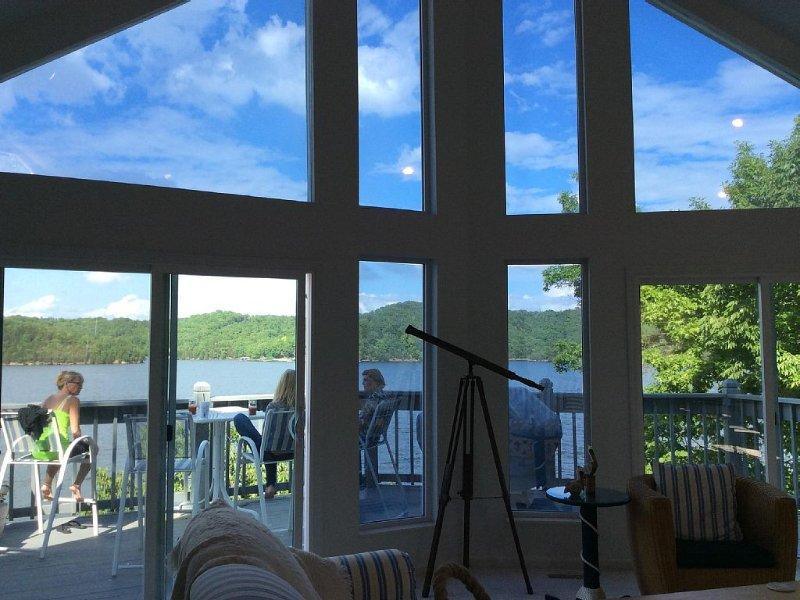 Lakefront Home ~ Miles & Miles Of Lake VIEWS!! Pontoon or fishing boat Rental!, location de vacances à Camdenton