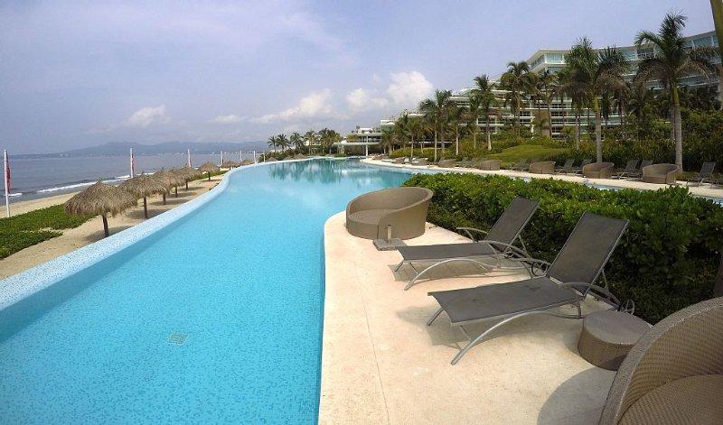 Peninsula Nvo Vallarta 6th Floor Beachfront 2bed/2bath Condo With Oceanview Room, holiday rental in Nuevo Vallarta