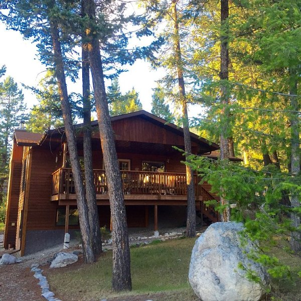 Perfect Cabin for families, couples & dogs, minutes from a soak in Hot Springs, Ferienwohnung in Fairmont Hot Springs