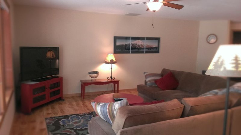 Sunriver Home, 3BR/2BA, Hot Tub, Bikes *** Unlimited SHARC Swim Passes, vacation rental in Sunriver