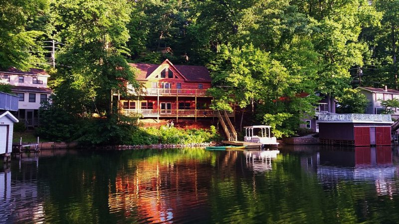 FREE USE OF CANOE AND 2) KAYAKS ON YOUR OWN PRIVATE COVE. 1ST DAY FREE BREAKFAST – semesterbostad i Lake Lure