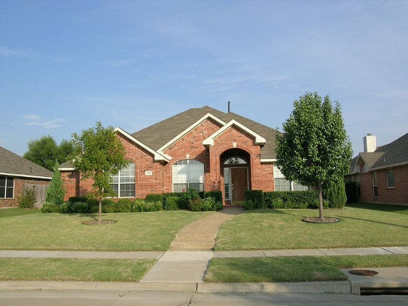 Cozy accommodations in quiet neighborhood, close to highways and attractions, vacation rental in Allen
