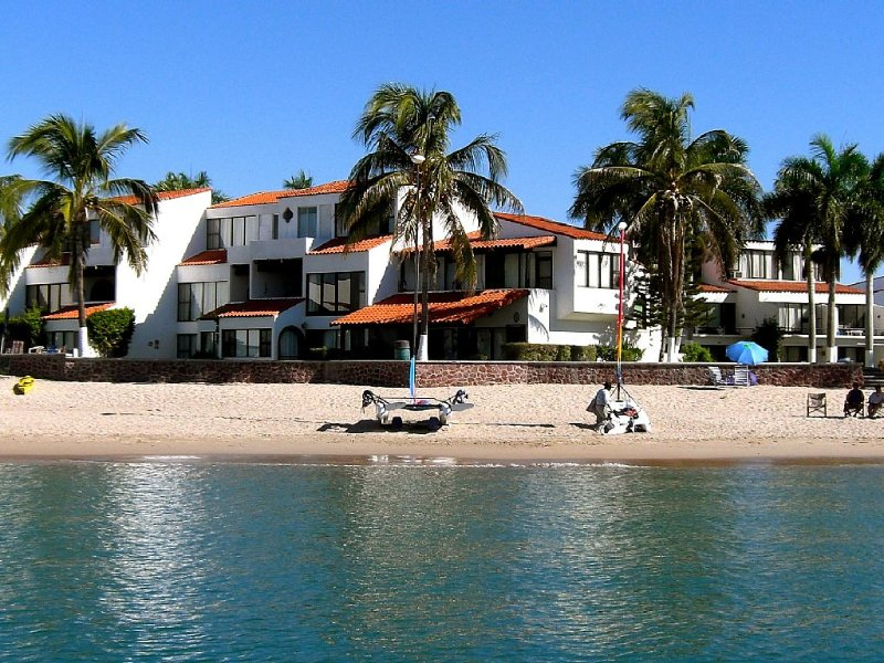 Pilar Beachfront, huge porch, palms, hear waves 24/7, 3BR & 1 BR Beach Condos, casa vacanza a San Carlos