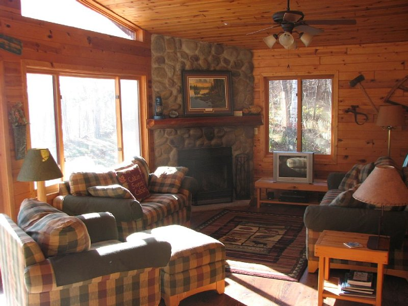 Family and Pet Friendly 3 Bedroom Log Lake Home on Gorgeous Agate Lake, aluguéis de temporada em Aitkin