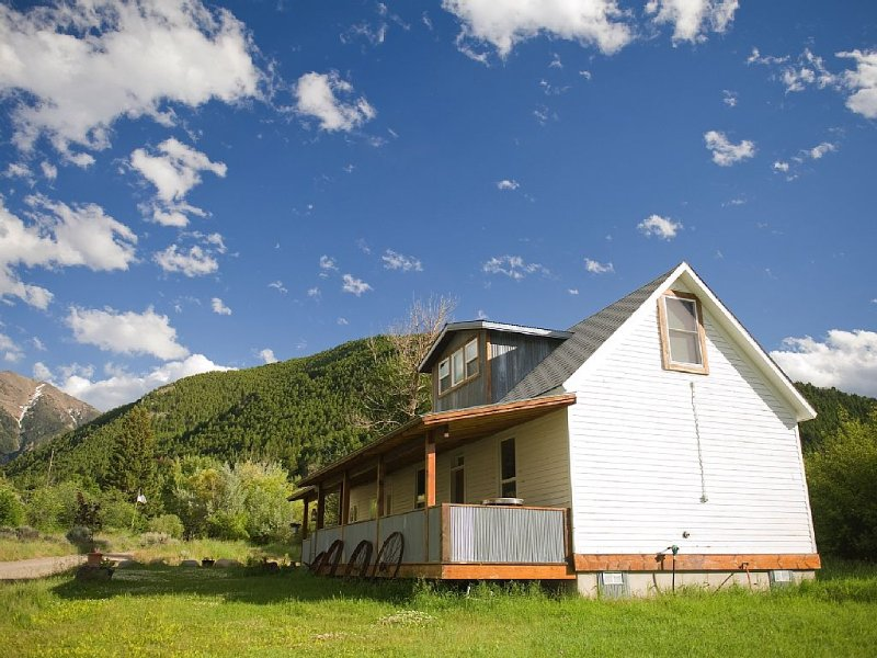 The Original Logs On The Inside Walls Make This A Cozy Montana Getaway., alquiler de vacaciones en Emigrant