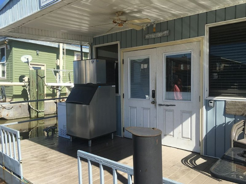 Houseboat Located In Venice Marina, holiday rental in Empire
